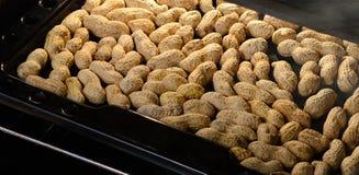 Le arachidi nelle coperture sono arrostite nel forno Fotografie Stock Libere da Diritti