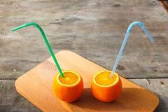 Le arance allegre degli amici con i tubuli riposano nella foresta fotografie stock