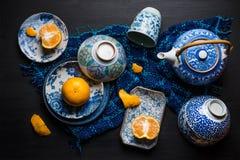 Le arance della fetta e di tutto fruttifica sul piatto ceramico Immagine Stock