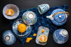 Le arance della fetta e di tutto fruttifica sul piatto ceramico Fotografia Stock