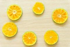 Le arance hanno tagliato a met? su un fondo di legno, spazio libero fotografie stock