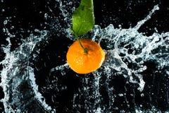 Le arance innaffiano la spruzzata fotografia stock libera da diritti