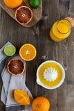 Le arance succose fresche sono dimezzato, calce, i pompelmi, succo d'arancia schiacciato fresco immagine stock libera da diritti