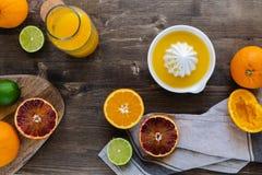 Le arance succose fresche sono dimezzato, calce, i pompelmi, succo d'arancia schiacciato fresco fotografia stock