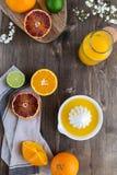 Le arance succose fresche sono dimezzato, calce, i pompelmi, succo d'arancia schiacciato fresco immagini stock libere da diritti