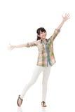 Le armi asiatiche di allungamento della donna e si sentono libero Fotografia Stock