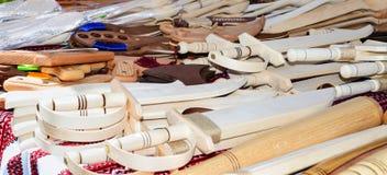 Le armi dei bambini di legno - sciabole, spade Giocattoli di Eco Fiera - una mostra degli artigiani pieghi immagini stock