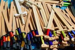 Le armi dei bambini di legno - sciabole, spade Giocattoli di Eco Fiera - una mostra degli artigiani pieghi fotografia stock libera da diritti