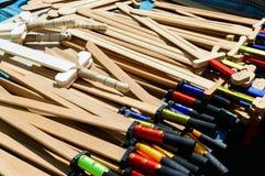 Le armi dei bambini di legno - sciabole, spade Giocattoli di Eco Fiera - una mostra degli artigiani pieghi fotografie stock libere da diritti