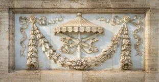Le armi della Santa Sede nell'ambito del vacante del sede, sulla facciata della basilica del san John Lateran a Roma, l'Italia Fotografie Stock Libere da Diritti