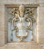 Le armi della Santa Sede, sulla facciata della basilica del san John Lateran a Roma, l'Italia Fotografia Stock