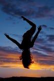 Le armi delle gambe della donna della siluetta su cadono Fotografia Stock Libera da Diritti