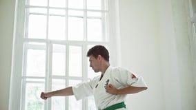 Le arti marziali padroneggiano su addestramento di lotta nella palestra stock footage