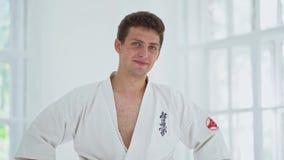 Le arti marziali padroneggiano su addestramento di lotta nella palestra archivi video