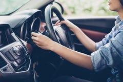 Le ` asiatique s de femme remet le clignotant de bouton poussoir, boutonnent la voiture, Se image libre de droits