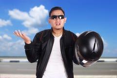 Le ` asiatique t de Don de haussement d'épaules de coureur de cycliste de motocyclette connaissent le geste Photographie stock