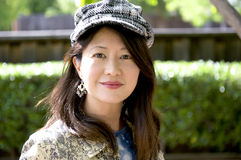 Le asiatisk kvinna med herringbonelocket Arkivbilder