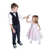 Le att krama för broder som och för liten syster isoleras på vit Arkivbilder