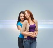 Le att krama för tonårs- flickor Arkivbild