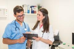 Le att posera för doktorer Arkivbild