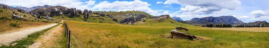 Le attrazioni turistiche e le attività superiori, massi panoramici di formazione del calcare della collina maestosa del castello  fotografie stock libere da diritti