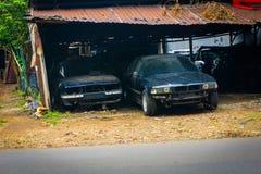 Le automobili arrugginite hanno parcheggiato in un garage dell'officina riparazioni dell'automobile Depok contenuto foto Indonesi fotografia stock libera da diritti