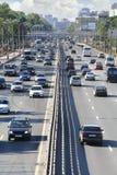 Le automobili, camion, bus vanno sul ponte in città Fotografie Stock Libere da Diritti