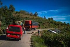 Le automobili casuali si sono fermate sulla strada della montagna fotografia stock