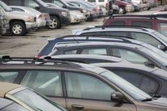 le automobili chiudono il parcheggio del lotto in su immagini stock