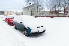 Le automobili coperte di neve hanno parcheggiato lungo la via dell'inverno Immagine Stock Libera da Diritti