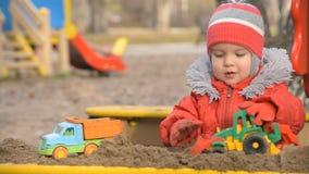 Le automobili dei giochi da bambini sul campo da giuoco video d archivio