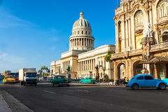 Le automobili dell'annata si avvicinano a Campidoglio a Avana Immagine Stock