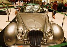 Le automobili dell'annata su visualizzazione in sosta futura acquistano Fotografie Stock