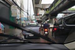 le automobili dell'ingorgo stradale hanno colpito in strada nell'ora di punta che piove il tempo in blu immagine stock libera da diritti