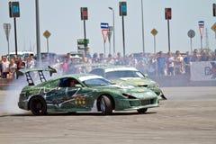 Le automobili della deriva team rotondo-x fornisce la curvatura con lo slittamento Immagine Stock