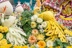 Le automobili di parata sono decorate con molti generi di fiori nell'annuale 42th Chiang Mai Flower Festival Immagini Stock