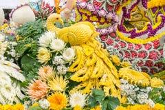 Le automobili di parata sono decorate con molti generi di fiori nell'annuale 42th Chiang Mai Flower Festival Immagine Stock Libera da Diritti