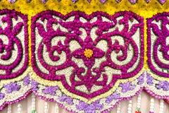 Le automobili di parata sono decorate con molti generi di fiori nell'annuale 42th Chiang Mai Flower Festival Fotografie Stock