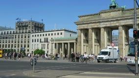 Le automobili ed i bus stanno passando dal tor di Brandenburger a Berlino Mitte distric stock footage