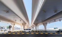 Le automobili guidano sulla strada principale sotto i ponti automobilistici Fotografie Stock