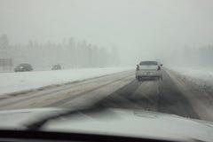 Le automobili hanno attaccato durante la tempesta della neve della sorgente Fotografie Stock