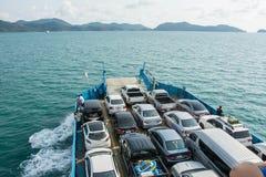 Le automobili hanno caricato su un traghetto e si sono dirette verso l'isola fotografia stock libera da diritti