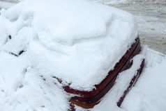 Le automobili hanno lasciato in neve dopo una tempesta della neve sulle vie immagini stock