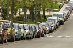 Le automobili hanno parcheggiato sulla via Fotografia Stock Libera da Diritti
