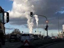 Le automobili industriali il fumo del camino dello scarico di semaforo fotografie stock libere da diritti