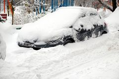 Le automobili innevate hanno allineato nella via della città nell'inverno Fotografia Stock