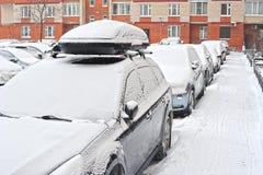 Le automobili in neve sono parcheggiate Fotografie Stock Libere da Diritti