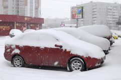 Le automobili portate da neve, supporto su un bordo della strada della strada. Immagini Stock Libere da Diritti