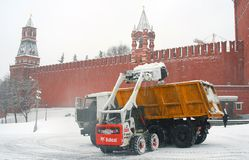Le automobili rimuovono la neve sul quadrato rosso Bufera di neve a Mosca Fotografia Stock Libera da Diritti
