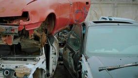 Le automobili rotte sono su uno scarico dell'automobile fuori nei giorni di autunno, macchina fotografica sta mostrando il panora stock footage